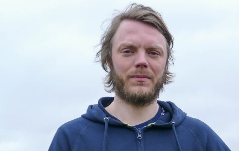 Lei: Anders Solgård, som spiller for Kvitsøy IL, sier de forholder seg til smittevernreglene for voksne i breddefotballen, men skjønner seg ikke lenger på dem.