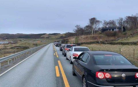 Full stopp: Trafikken står stille etter at et vogntog fikk stans i Mastrafjordtunnelen. Her fra nord for tunnelen.