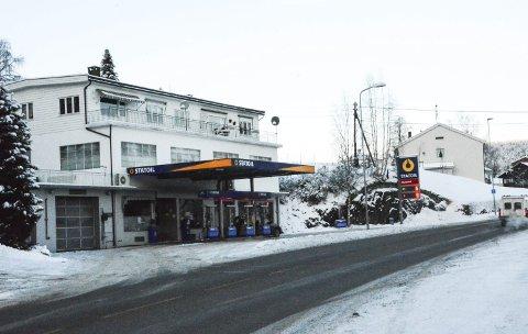 Nye eiere: «Rolfstad-verkstedet» i Prestfoss har fått nye eiere. Vaskehallen åpner om noen uker, men det er fortsatt uavklart hva som skjer i butikklokalene.