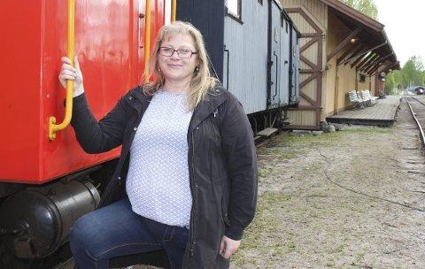 BESØKSØKNING: Ellen Sletvold gleder seg over besøksøkning i fjor. Da hadde Krøderbanen nærmere 18.000 reisende.