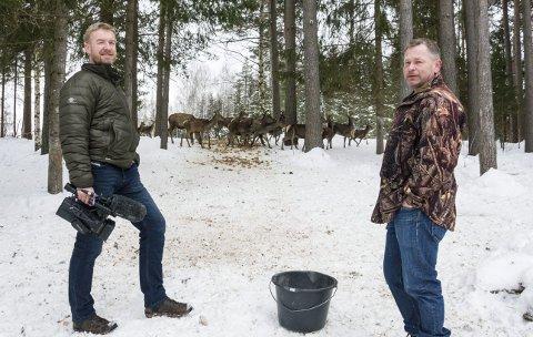 SAMARBEIDER: Runar Høgfoss (t.v.) og hjortefarmer Arne Strandbråten i AM Vilt & Catering skal samarbeide med å arrange kombinerte film- og matkvelder på Eikvang. De to håper at miksen av ultralokale jaktfilmer og elgburgere blir magisk.