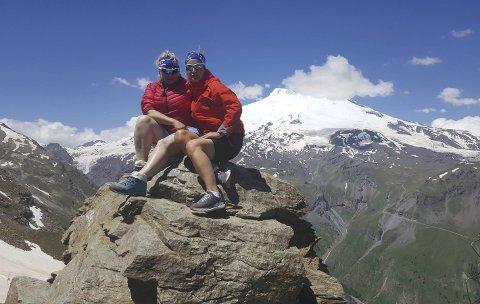 TURVENNINNER PÅ ELBRUS: Herbjørg Dale Bjerke fra Gol (t.v.) og Marianne Løvås fra Krødsherad på toppen av Elbrus. I fjor var de på toppen av Kilimanjaro sammen. De kan tenke seg «Seven Summits» – å bestige de høyeste fjelltoppene i sju kontinenter.Alle Foto: Privat