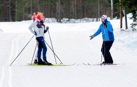 TRENT AV EKS LANDSLAGSTRENER: Audun Svartdal (t.h.), tidligere landslagstrener i skiskyting har trent søskenparet Martin (foran) og Emma Kirkeberg Mørk i over seks år. Her fra torsdagens økt på Konnerud.