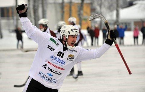 SLUTTER: Marius Austad i kjent stil etter en av sine mange scoringer for Solberg i bandy. Nå er det slutt.