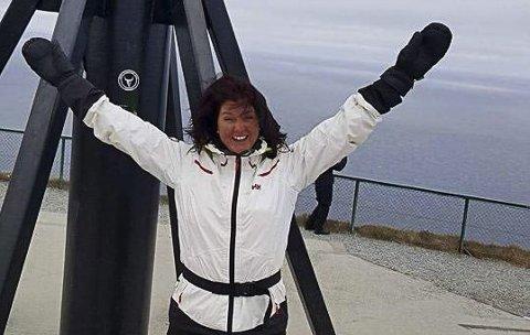 Stolt av øya: Lotte Sandvik, daglig leder for Enebakk frivillighetssentral, tar med seg en hel gjeng sørfra for å få Nordkappmarsjen i juni neste år. Foto: Privat