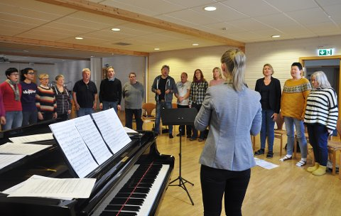 ØVING: Honningsvåg blandakor øver flittig til konserten de skal ha sammen med Rossfjord blandakor 1. juni.