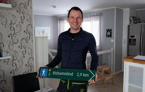 FORNØYD: Perleturene skal bli tydelige med de nye skiltene som settes opp i Nordkapp kommune – og kanskje blir det lettere for turister å finne veien.