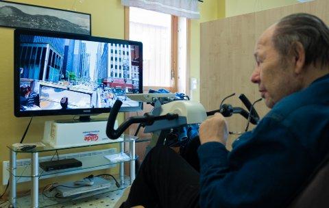 FØLGER MED: Videoen viser Knut Tore Corneliusen gjennom New Yorks gater mens han trår seg frem med beina.