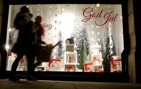 Røde nisser og julekuler preger shoppingsentre og butikker i disse juletider. Foto: Terje Pedersen / NTB scanpix
