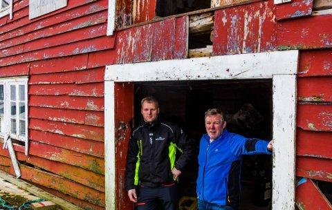 Ronny Larsen og Odd Tore Frøyen ønskjer å rive Myrvangbua og skape ny næring og aktivitet på tomta, men får tommelen ned frå fylkeskommunen – og opp frå Bremanger kommune.