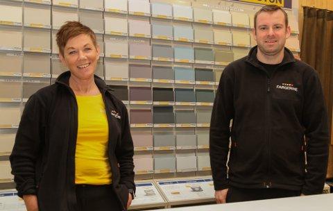 GOD BUTIKK: Anne Marie Svardal og Ruben Solheim på Fargerike Florø Interiør AS. Butikken kasta av seg eit overskot på over 200.000 i fjor.