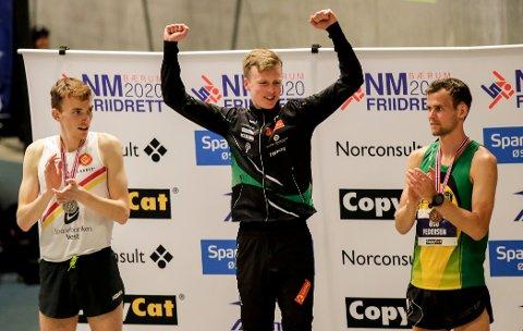 PÅ PALLEN: Marius Øyre Vedvik, Narve Gilje Nordås og Erik Udø Pedersen er pallen på 1500 meter under NM friidrett innandørs.