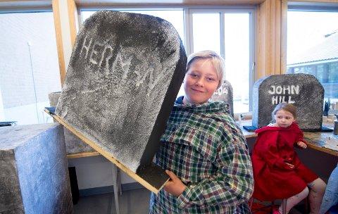 Sten av isopor: Alle elevene på torsnes skole bidrar til skuespillet om stenhoggertiden. Her er Thor Magnus Humlekjær med en sten av isopor.
