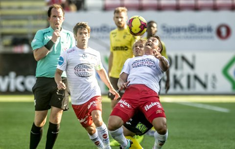 Ledet: Kjell Rune Sellin scoret på sin tredje straffe da han sendte FFK i ledelsen. Kampen endte 1-1, og kaptein Eirik Mæland (til venstre) var skuffet over andreomgang. foto: geir a. carlsson