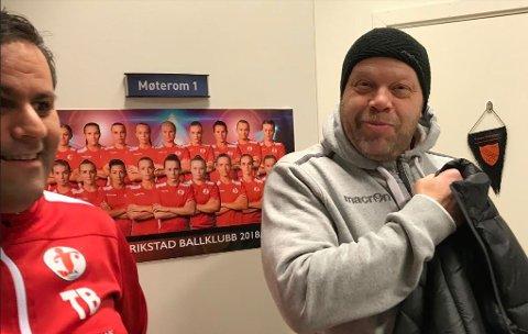 På plass: Trener Christer Karlsson (til høyre) og lagleder  Thomas Bråthen i godt humør før kampstart.