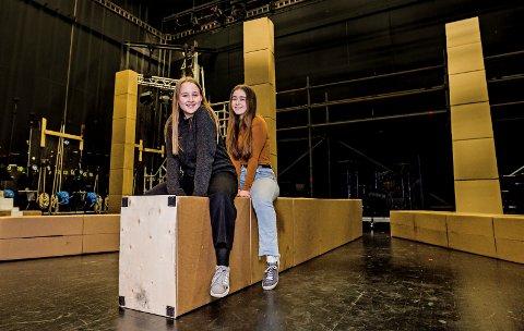 Flott reise: To ivrige og lokale tenåringer har vært med på reisen på Sarpsborg Scene. Sandra Langbakken Hansen (nærmest) og Aurora Reed-Jenssen kan legge til nok en stor oppsetning på sin cv.