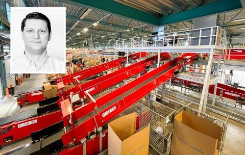 PostNord-terminalen på Langhus er en gigantisk arbeidsplass og kilden til mange av PostNords problemer for tiden.   Patrick Kristian Thorbjørnsen (innfelt)  betaler ekstra for å slippe å få pakker som må innom her.