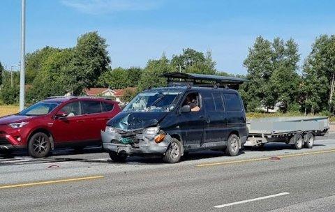 Begge bilene fikk skader og trenger berging.