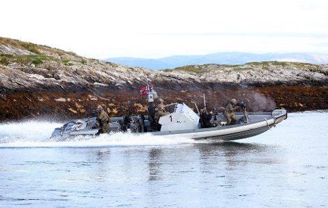 Det skal ha vært båter tilsvarende dette Forsvaret brukte i Glomma. (Foto: Torbjørn Kjosvold, Forsvaret)