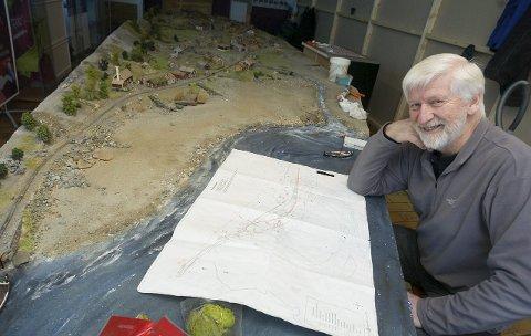Modellbyggeren: Jernbaneverket var så fornøyd med måten Per Henrik Mørk bygde modellen av Rombaksbotn på at de har gitt han et nytt oppdrag. Denne gangen skal han bygge en modell av Nedre Hundalen. arkivfoto: jan erik teigen