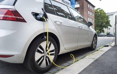 ELBIL: Foreløpig har det ikke vært branner i elektriske biler. Slike branner kan være vanskelig å slukke. Brannvesenet er spesielt bekymret lading under uheldige forhold.Arkivfoto