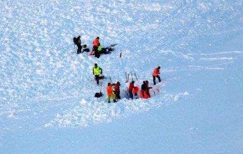 OMKOM: Fire personer døde i snøskredet på Blåbærfjellet 2. januar. Her er letemannskap i aksjon i snømassene på fjellet.