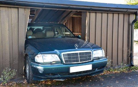FORSVANT: Det meste av bilen hans forsvant inn i garasjerekka bak før det ble stopp for hortensmannen.