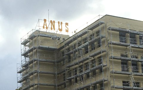 Christian Karlsen sperret opp øynene da han kjørte forbi Janusfabrikken søndag ettermiddag og så opp på Janus-skiltet.