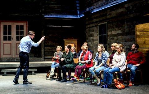 TEATER: Møtet mellom eliten/dirigenten og sambygdingene/ koret oppleves som et sjokk for alle parter.