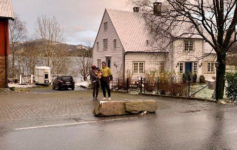 Sven Næsse og Ingrid Edland-Næsse med sønnen Noah på 2,5 år. De har sett seg nødt til å sette opp steiner som hindrer biler på riksveien fra å kjøre for langt inn i gårdsrommet deres i Edlandsgeilane.