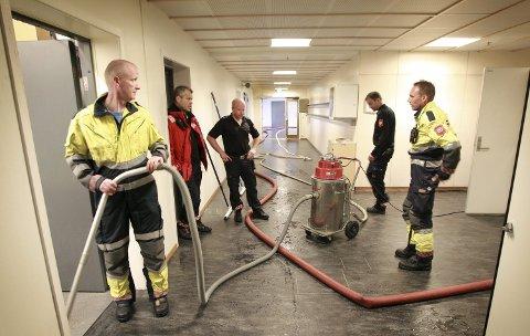 TØRKER: Brannvesenet har fått kontroll over oversvømmelsen ved Sentrum videregående skole. Bjørnar Berntzen, Arnfinn Strømstad, Frode Moen, Bjørn Erland Harbosen og Per Tommy Pedersen.