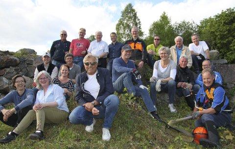 Dugnadsglis: Over 40 medlemmer fra Kongsvinger Rotary jobber på skift for å rydde buskas rundt «Se til høyre»-skansen. De rydder også den gamle Retrettveien opp til Vollgata og festningen. foto: erik mæhlum