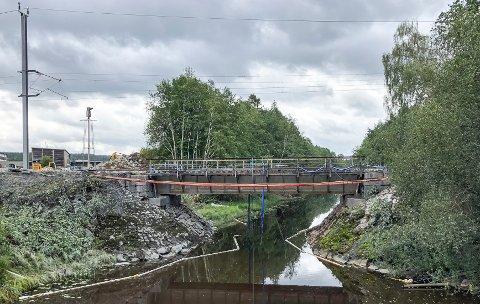 GAMMEL: Den gamle jernbanebrua fra 20-tallet over Sæteråa på Disenå skal i helgen skiftes ut.