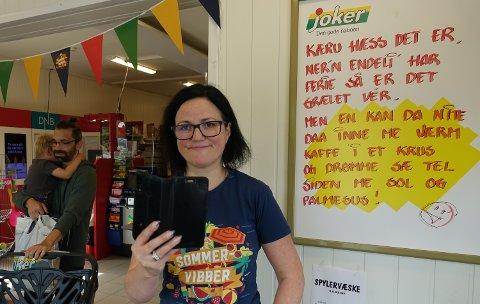 VEKKER OPPSIKT: Nina Sandbæk lager en ny plakat for hver uke med et aktuelt tema. De slår an og trekker kunder.