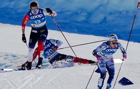 Tiril Udnes Weng og Lotta Udnes Weng gikk inn i hverandre under smifinalen i sprint for damer under VM på ski i Oberstdorf torsdag. Foto: Lise Åserud / NTB