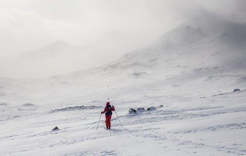 NVE har for øyeblikket klassifisert snøskredfaren i Jotunheimen som moderat med faregrad 2. Det innebærer at det er lokalt ustabile forhold, moderate bindinger i noen brattheng, men for øvrig sterke bindinger. Dette bildet er tatt like ved Glitterheim turisthytte.