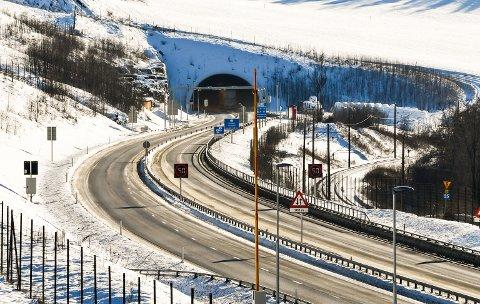 SØROVER: Her er fartsgrensa 50 km/t, i alle fall ifølgje skiltinga.