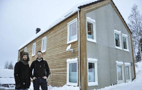 FUNKIS MED SALTAK: Henning Aschim Wien og Inge Alexander Gjestvang foran huset i Panoramavegen. Begge kortveggene har grå betongplater som bryter med det impregnerte panelet fra Alvdal. Spillet i treverket og fargen passer med skogen rundt, synes de.