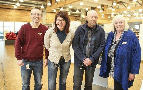 INVITERER TIL DISKUSJON: Jan Erik Sandhals, Wenche Nyaas, Ketil Arntzen og Wenche Høy ved biblioteket i Gran holder tirsdag kveld debatt om flyktninger og integrering i biblioteket på Gran.