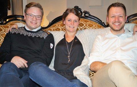 Fra venstre: Fylkesordfører Even Aleksander Hagen sammen med Malin Hansen Halvorsrud og Inge Alexanger Gjestvang fra arbeidsgruppa.