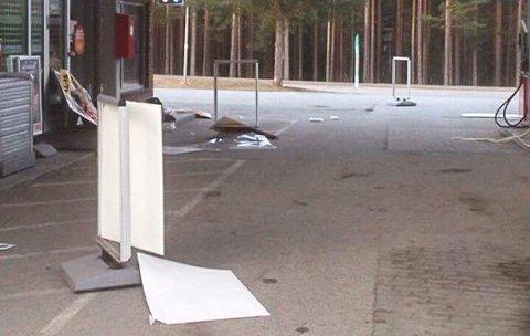 SLAGMARK: De unge mennene etterlot e slagmark utenfor bensinstasjonen. Foto: Privat
