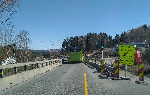 LYSREGULERT: Trafikken går i ett felt på deler av fylkesvei 241 mellom Åsbygda og Jevnaker.