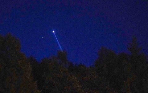 LYS PÅ HIMMELEN: Politiets helikopter var i aksjon langt ut over kvelden torsdag.