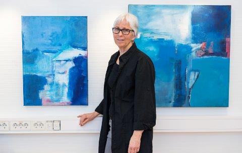 STILLER UT: Aud Trønnes viser fram sine malerier hos Kreftforenigen.