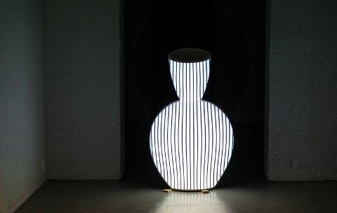 PUST: Kuntverket «Pust»  kjelleren er video projisert på en krykke. Linjene trekker seg sammen og simulerer pusten.