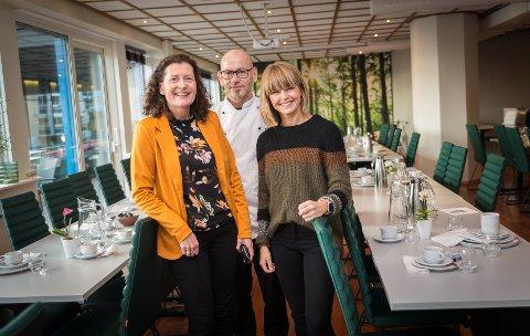 NYE LOKALER: Det blir julefeiring hos Kjøkkenet heretter. Fra venstre: Anne Thingstad Eriksen (Hamar frivilligsentral), Arve Hopen (Kjøkkenet) og Margrethe Nordby (Hedmark Røde Kors).