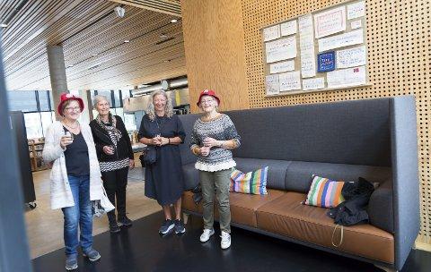 KAMP: Eva Ormåsen, Åse Synøve Mæhlum, Inga-Lill Lygre og Inger-Beth Sandham i BKA Hamar foran en del av utstillingen på biblioteket.