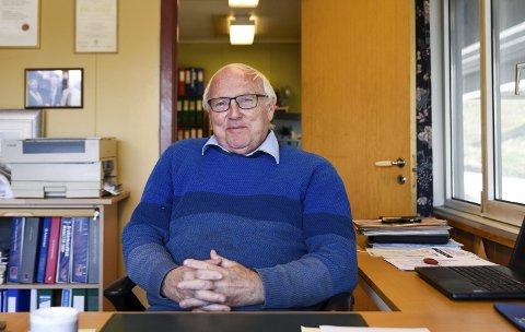 Han starta Lofthus Auto i 1971. Det er i desse dagar 50 år sidan. Einar Lutro er framleis mykje på kontoret. Han har hatt eit liv i bilbransjen, men òg i politikken og som aktiv i næringslivsorganisasjonar. Foto: Eli Lund