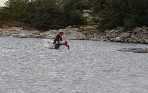 SØKER: Det tas i bruk undervannskikkert og kameraer i søket mandag.