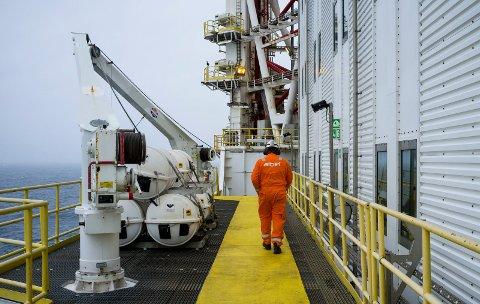 PÅ SOKKELEN: 595 arbeidere bosatt i Karmøy har sitt arbeide på en installasjon i Nordsjøen. Her fra Johan Sverdrup-feltet i midten av september. Aibel i Haugesund har bygget boreriggen og spiller en sentral rolle i sammenkoblingen ute i Nordsjøen.